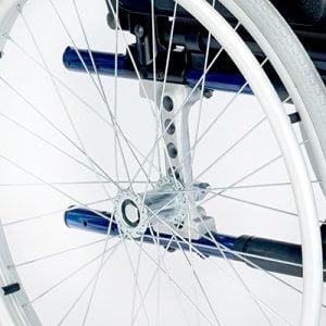 La pletina del eje de aluminio y la cruceta tubular, sin tornillos ni anclajes, dotan a la silla de una gran resistencia y rigidez.